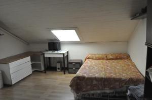 Un pat sau paturi într-o cameră la appartamento mansardato centralissimo,nel cuore della città. free animals