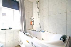 Een badkamer bij Marine Apartments