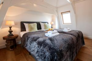 A bed or beds in a room at Vondelpark Apartment Suites