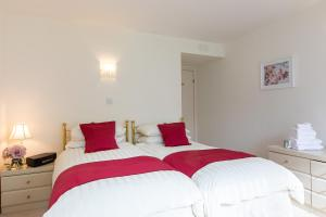 A bed or beds in a room at Cults Court Apartment