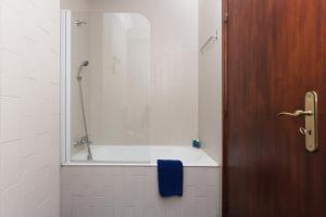 A bathroom at 2 Comfy Bright Flats with Netflix