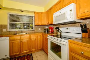 A kitchen or kitchenette at Sea Breeze Beach House