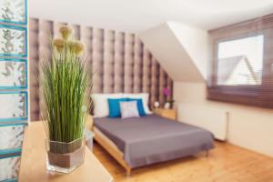 A bed or beds in a room at Apartman Szanyi