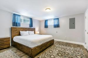 A bed or beds in a room at Lovely 2BR next to City Park by Hosteeva