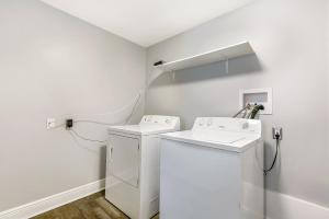 A bathroom at Lovely 2BR next to City Park by Hosteeva