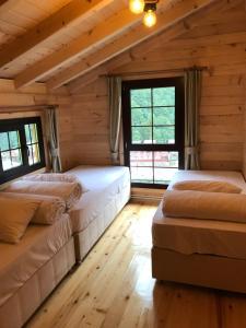 سرير أو أسرّة في غرفة في Ayder Villa Babil