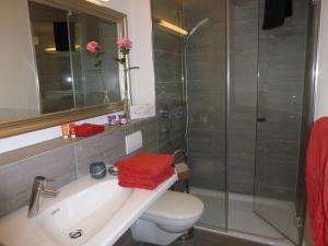 A bathroom at Panorama Lodge Goldiwil