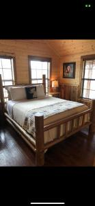 A bed or beds in a room at Reindeer Ranch At Round Top