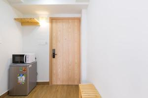 A kitchen or kitchenette at Auhome - Fuji Apartment