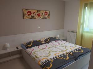 Ein Bett oder Betten in einem Zimmer der Unterkunft Apartments RA-fting