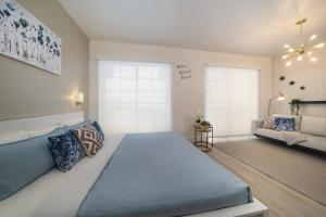 A bed or beds in a room at Strand on Ocean by Sunnyside