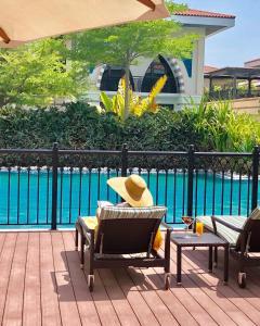 Vista sulla piscina di Private Zabeel Saray Villas Palm Jumeirah o su una piscina nei dintorni