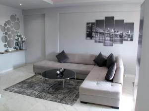Uma área de estar em high end luxury apartment 65m2 sea view city center