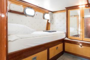 Postel nebo postele na pokoji v ubytování BasicHouseboat nearcenter