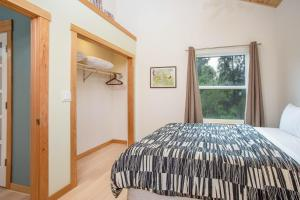 A bed or beds in a room at Alyeska View