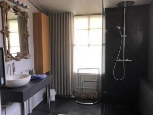 A bathroom at Les Serruriers