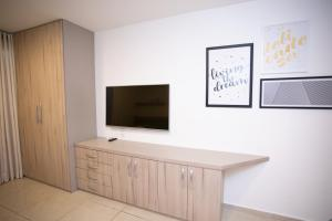A television and/or entertainment centre at Flat Boa Viagem