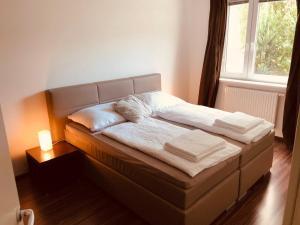Uma cama ou camas num quarto em 25h Garden Apartment PLUS *****