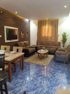 A seating area at شاليهات مرفأ وايت روز