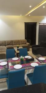 A restaurant or other place to eat at شاليهات مرفأ وايت روز