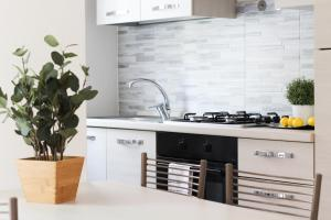 A kitchen or kitchenette at Happy Home