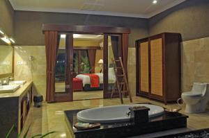A bathroom at Bali Aroma Exclusive Villas