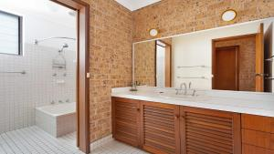 A bathroom at Stratheden - One Mile Beach!