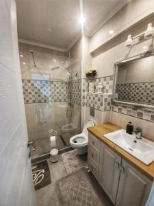 A bathroom at Evya Luxury Apartment