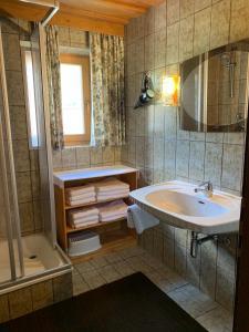 Ein Badezimmer in der Unterkunft Zimmer & Appartement Haus Bärbl