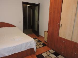 Un pat sau paturi într-o cameră la Nordic1