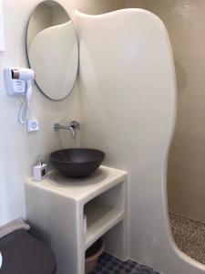 A bathroom at Galini Studios