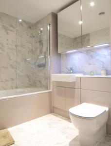 A bathroom at Grandeur IV Executive Apartment, Central London