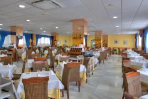 A restaurant or other place to eat at Aparthotel La Mirage