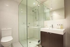 A bathroom at Wyndel Apartments St Leonards - Pacific