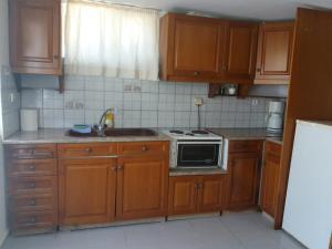 Een keuken of kitchenette bij Parasporos Village