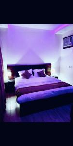 A bed or beds in a room at شاليهات بيراميزا
