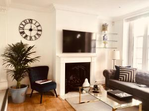 A seating area at Luxury Kensington Town house
