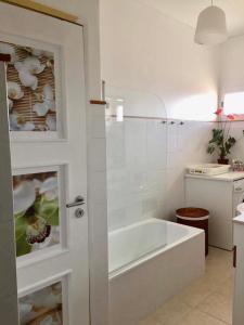 A bathroom at Vue sur le château