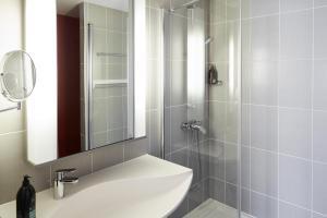 A bathroom at Aparthotel Adagio Birmingham City Centre