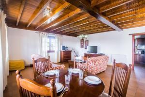 A restaurant or other place to eat at A1 Casas Y Villas juani y juan lanzarote (tomaren) Free WiFi