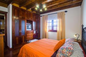 A bed or beds in a room at A1 Casas Y Villas juani y juan lanzarote (tomaren) Free WiFi