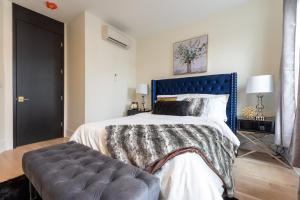 A bed or beds in a room at Aurora's Hideway #1