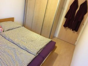 Posteľ alebo postele v izbe v ubytovaní 2 izbový byt