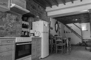 A kitchen or kitchenette at Manos House in Chora