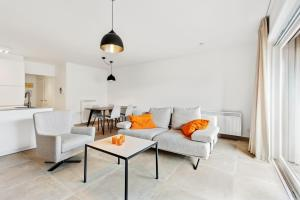 A seating area at Modern & Central Apartment with free Parking