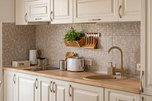 A kitchen or kitchenette at New Luxury Seaside Apartament - Mamaia