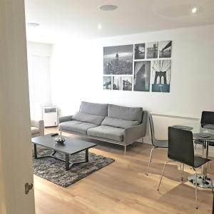A seating area at Colindale2 Avenue Apartment
