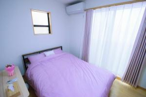 A bed or beds in a room at Spacious & Modern Inn Megumi-an Nishijin