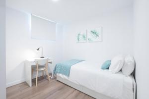 Ein Bett oder Betten in einem Zimmer der Unterkunft Your BEST EXPERIENCE old Madrid CHUECA