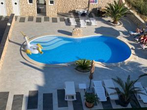 Θέα της πισίνας από το Apartments Roxsi ή από εκεί κοντά